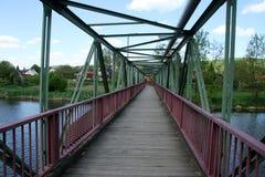 Ponte do pé através do rio Fotografia de Stock Royalty Free