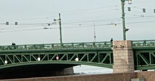 Ponte do palácio e a estátua do leão na terraplenagem de Neva River Dia em St Petersburg vídeos de arquivo
