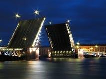A ponte do palácio em St Petersburg. Imagens de Stock Royalty Free