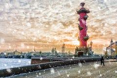 Ponte do palácio no por do sol no inverno em St Petersburg, Rússia Fotografia de Stock Royalty Free