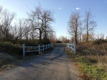 Ponte do passeio e céu azul claro imagens de stock