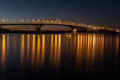 A ponte do porto de Auckland iluminou-se acima na noite imagem de stock royalty free