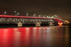 A ponte do porto de Auckland, Nova Zelândia, iluminou acima vermelho imagem de stock royalty free