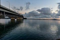 Ponte do porto de Auckland que estica para a costa norte imagem de stock royalty free