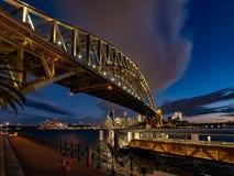 Ponte do porto e um cais iluminado na noite fotos de stock royalty free