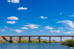 Ponte do Rio Colorado sob o céu azul Imagens de Stock