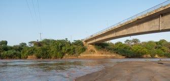 A ponte do rio de Kenyan Sabaki durante a inundação alta imagens de stock