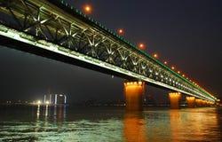 Ponte do rio de Yangtze na noite Fotos de Stock Royalty Free