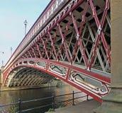Ponte do século XIX histórica do ponto da coroa que cruza o Rio Aire em leeds imagens de stock royalty free