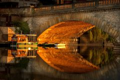 Ponte do trabalhador da iluminação de Sun em Evesham com os barcos amarrados embaixo fotografia de stock royalty free