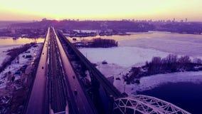 Ponte do transporte sobre o rio Movimentação dos carros sobre a ponte Rio gelado congelado Película aéreo Filmar no zangão filme