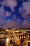 Ponte Dom Luiz som jag överbryggar i Porto vid natt Royaltyfri Foto