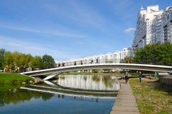 Ponte a dorso d'asino sopra Svisloch e complesso residenziale a Troitsk Fotografie Stock