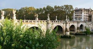 Ponte dos anjos Ponte Sant 'Angelo uma ponte pedestre romana famosa em Adriano Park em Cidade Estado do Vaticano, Roma imagem de stock