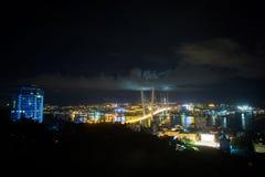 A ponte dourada de Zolotoy é ponte cabo-ficada através do Zolotoy Rog Golden Horn em Vladivostok, Rússia imagem de stock royalty free