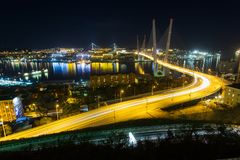 A ponte dourada de Zolotoy é ponte cabo-ficada através do Zolotoy Rog Golden Horn em Vladivostok, Rússia imagens de stock