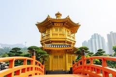 A ponte dourada do pavilhão e do ouro em Nan Lian Garden perto do qui Lin Nunnery Um parque clássico chinês público em Diamon imagem de stock royalty free