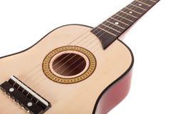 A ponte e as cordas da guitarra acústica fecham-se acima, isolado Fotografia de Stock Royalty Free