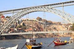 Ponte e barche dei DOM LuÃs I sul fiume il Duero a Oporto, Portogallo Immagini Stock