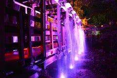 Ponte e cachoeira iluminadas Fotografia de Stock Royalty Free