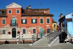 Ponte e case colourful in Burano. Fotografie Stock