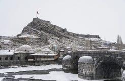 Ponte e castelo do otomano no rio geado na cidade de Kars em Turke imagem de stock