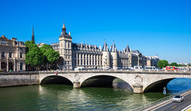 A ponte e Conciergerie da mudança do au de Pont fortificam, Paris Foto de Stock Royalty Free