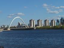 Ponte e construções residenciais imagens de stock