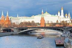Ponte e Cremlino di Bolshoy Kamenny a Mosca Fotografia Stock