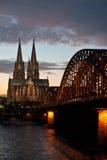 Ponte e Dom Cathedral di Colonia al tramonto Immagine Stock