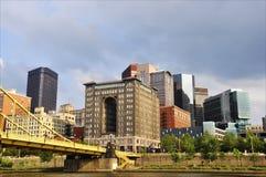Ponte e edifícios de Pittsburgh fotos de stock