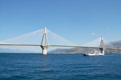 Ponte e ferryboat de Rion-Antirion imagens de stock royalty free