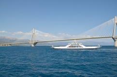 Ponte e ferryboat de Rion-Antirion imagens de stock