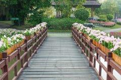 Ponte e fiore di legno Immagini Stock Libere da Diritti