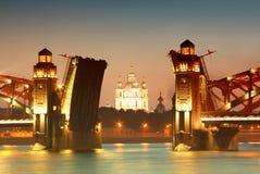 Ponte e igreja no crepúsculo Fotografia de Stock Royalty Free