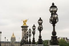 Ponte e invalides de Pont Alexandre III na manhã Foto de Stock