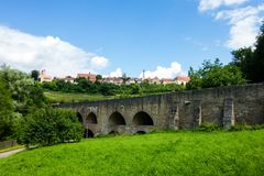 Ponte e l'orizzonte del der Tauber del ob di Rothenburg in Baviera, Germania immagine stock