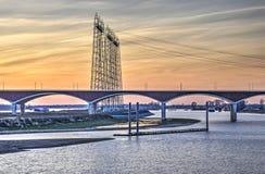 Ponte e linee elettriche in Njmegen fotografia stock libera da diritti