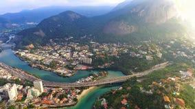 Ponte e montanhas, rio limpo com água verde Fotos de Stock
