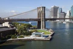 A ponte e o Brooklyn Park do centro de New York w Brooklyn Fotos de Stock Royalty Free