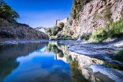 A ponte e o castelo velho de Vulci antigo no rio de Fiora Foto de Stock Royalty Free