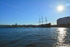 A ponte e o Kronwerk da troca no rio de Neva em St Petersburg, Rússia Imagem de Stock