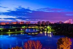 Ponte e orizzonte alla notte fotografia stock