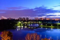 Ponte e orizzonte alla notte immagini stock