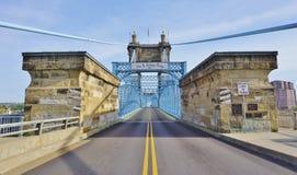 A ponte e os edifícios de suspensão de John A Roebling Suspension Bridge histórico em Cincinnati, Ohio Imagens de Stock