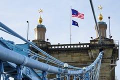 A ponte e os edifícios de suspensão de John A Roebling Suspension Bridge histórico em Cincinnati, Ohio Fotografia de Stock