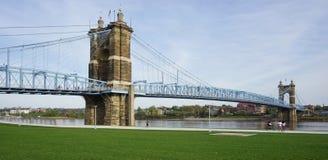 A ponte e os edifícios de suspensão de John A Roebling Suspension Bridge histórico em Cincinnati, Ohio Fotos de Stock Royalty Free