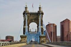 A ponte e os edifícios de suspensão de John A Roebling Suspension Bridge histórico em Cincinnati, Ohio Foto de Stock