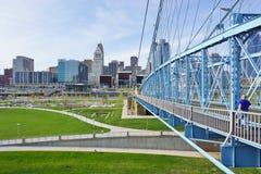 A ponte e os edifícios de suspensão de John A Roebling Suspension Bridge histórico em Cincinnati, Ohio Imagens de Stock Royalty Free