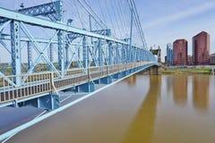 A ponte e os edifícios de suspensão de John A Roebling Suspension Bridge histórico em Cincinnati, Ohio Imagem de Stock Royalty Free